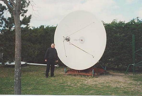 Radio astronomie-astronautique Jc%20devant%20antenne%20hemispherique
